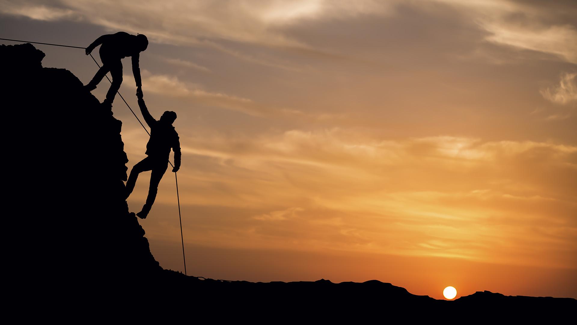Zwei Klettere bei Sonnenuntergang