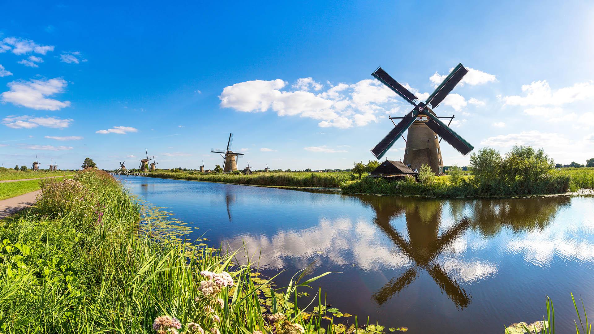 Windmühlen am Fluss